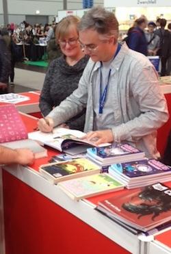 Viele wollten ihre Bücher signiert haben.
